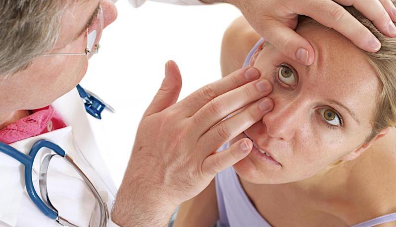 Доктор проверяет глаза
